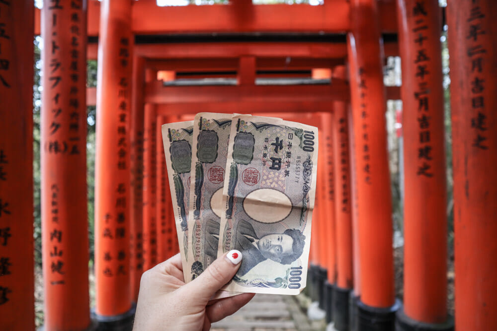 Japanese yen in front of Kyoto gate